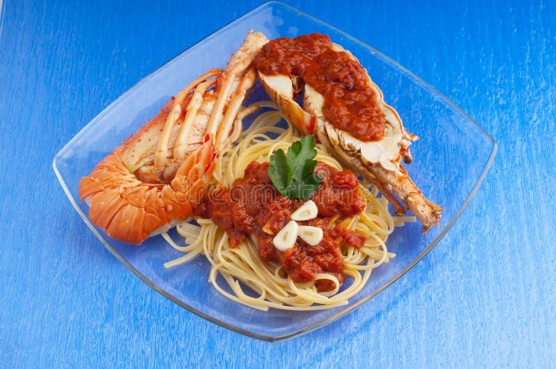 De deegwaren van de zeekreeft met tomatensaus stock fotografie