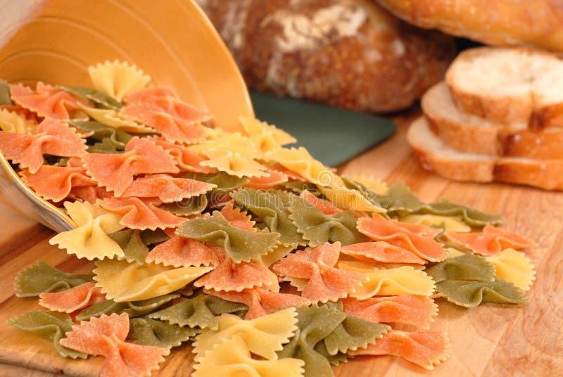 De Deegwaren Van Farfalle Met Brood Stock Afbeeldingen