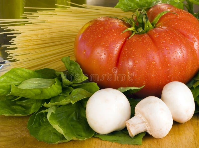 De Deegwaren van het Basilicum van de tomaat stock foto's