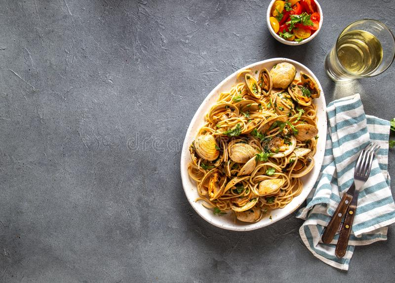 De deegwaren van zeevruchten Italiaanse Spaghetti alle Vongole Tweekleppige schelpdierenspaghetti op witte plaat met witte wijn,  stock foto's