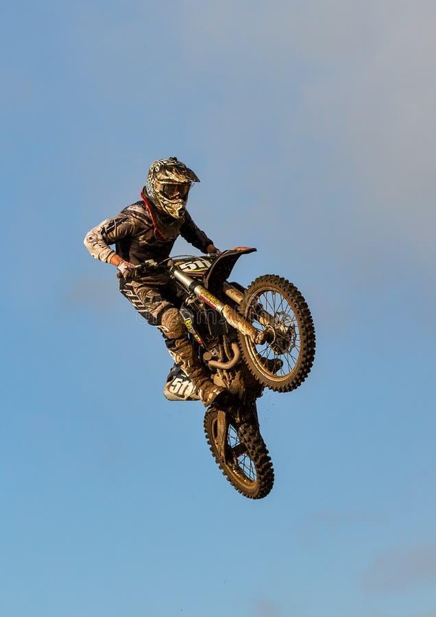 De deelnemer van de motocrosspraktijk in Tain MX, Schotland.
