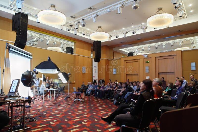 De deelnemers luisteren de les van de studiofotografie stock foto's