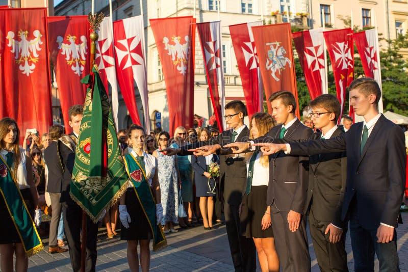 De deelnemers van ceremonie is de gelofte van eerste klassen van de III Middelbare school van Januari Sobieski stock afbeeldingen