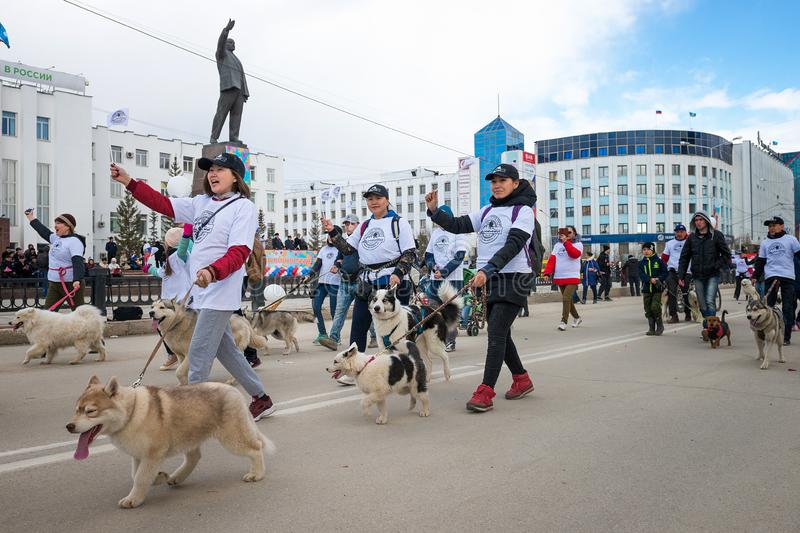De deelnemers van de demonstratie paraderen - Federatie van Sledding van de Republiek van Sakha Yakutia royalty-vrije stock foto