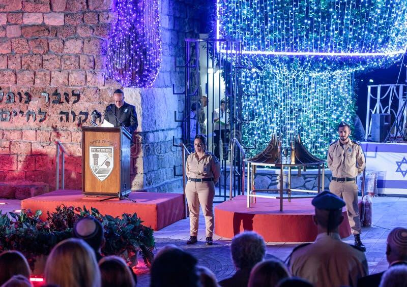 De deelnemers van de herdenkingsceremonie bevinden zich tijdens de sirene de sirene in de Herdenkingsplaats aan Gevallen in de oo royalty-vrije stock afbeelding