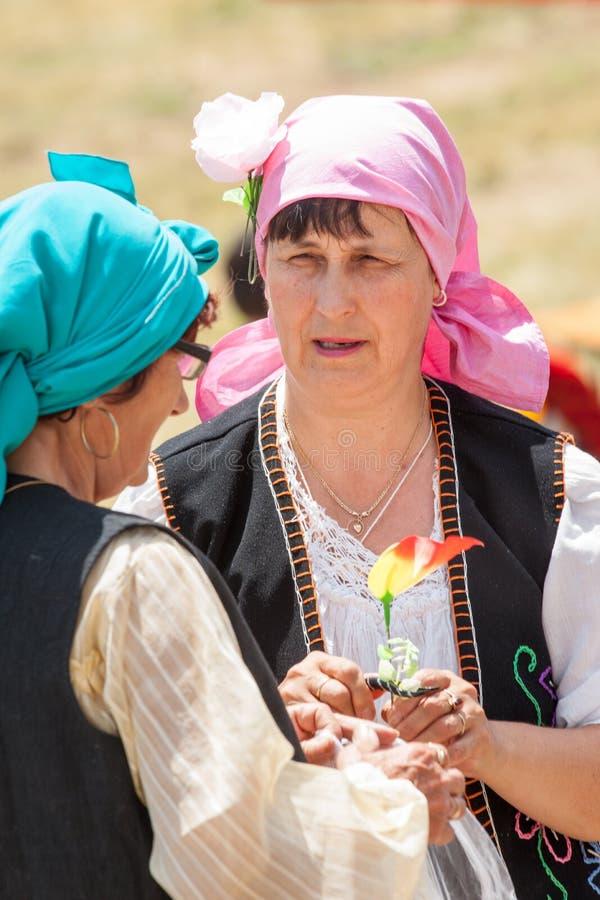 De deelnemers van het Rozhenfestival in nationale kleding stock afbeeldingen