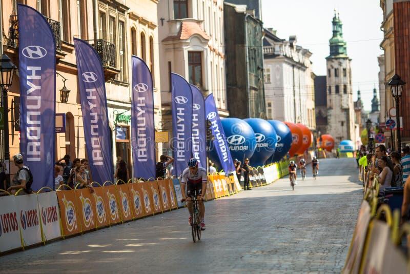 De deelnemers van 72ste Tour DE Pologne het cirkelen 7de stadium rennen stock foto's