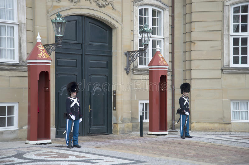 De Deense nationale gardesoldaten op plicht bij de ingang aan het Amalienborg-kasteel kopenhagen stock fotografie