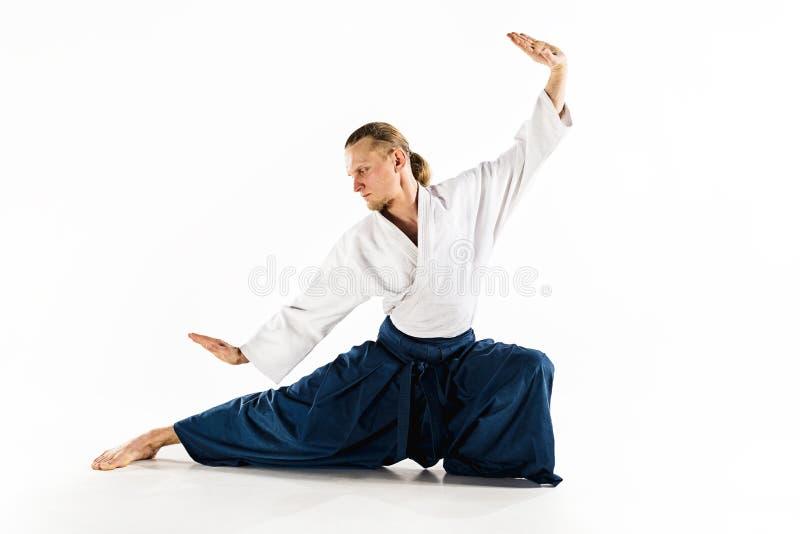 De defensiehouding van Aikido hoofdpraktijken Gezond levensstijl en sportenconcept Mens met baard in witte kimono op wit royalty-vrije stock afbeelding