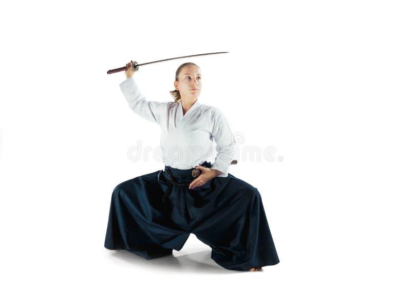 De defensiehouding van Aikido hoofdpraktijken Gezond levensstijl en sportenconcept Vrouw in witte kimono op witte achtergrond royalty-vrije stock foto's