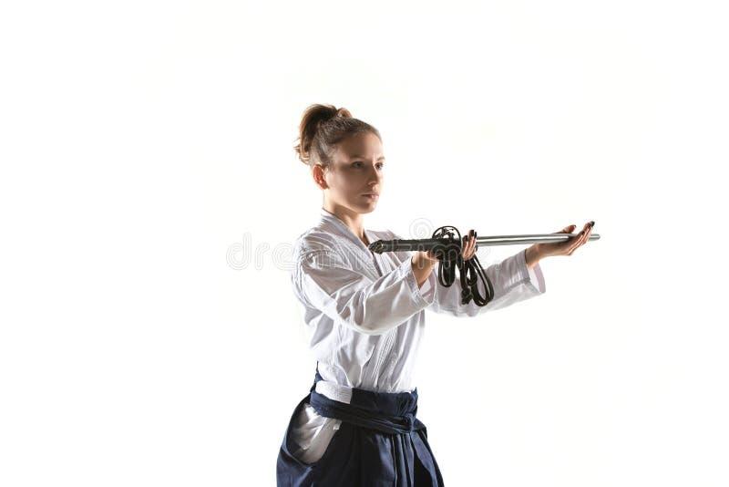 De defensiehouding van Aikido hoofdpraktijken Gezond levensstijl en sportenconcept Vrouw in witte kimono op witte achtergrond royalty-vrije stock afbeeldingen