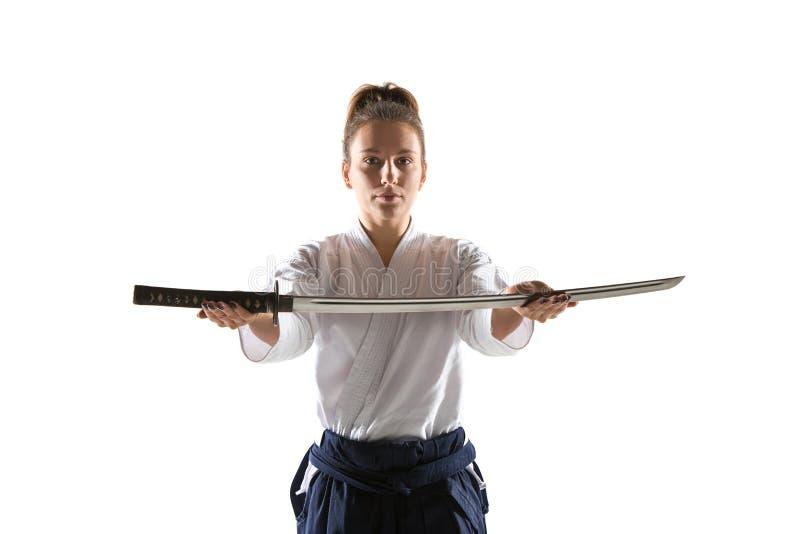 De defensiehouding van Aikido hoofdpraktijken Gezond levensstijl en sportenconcept Vrouw in witte kimono op witte achtergrond stock foto