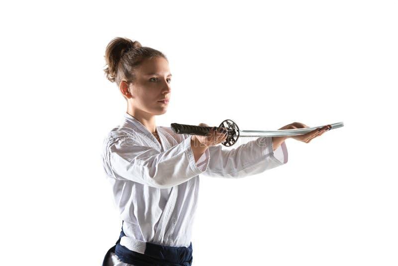 De defensiehouding van Aikido hoofdpraktijken Gezond levensstijl en sportenconcept Vrouw in witte kimono op witte achtergrond stock afbeeldingen
