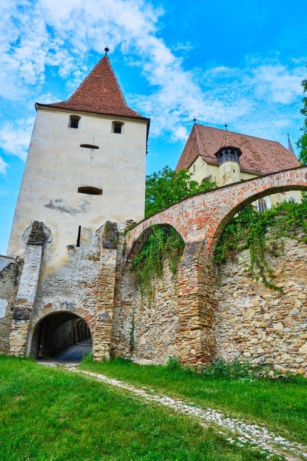 De defensietoren en de buitenmuren van Biertan versterkten kerk, in Transsylvanië, Roemenië Toerismeconcept voor toneelplaatsen stock afbeeldingen