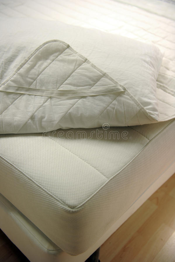 De dekking van de matras en van het bed