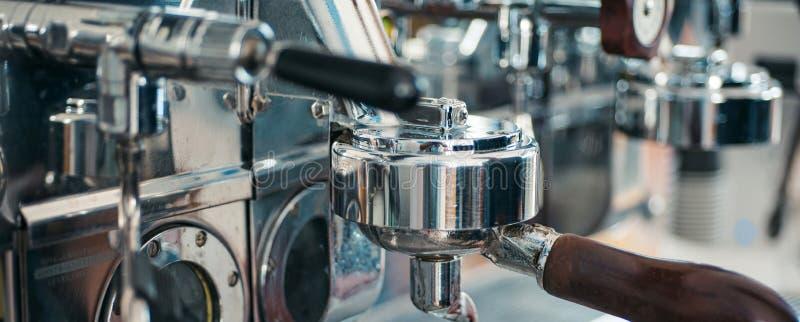 De delen van de espressomachine Commerciële koffiemachine Koffiezetapparaat in koffiewinkel Roestvrij staal kooktoestel aan royalty-vrije stock afbeeldingen