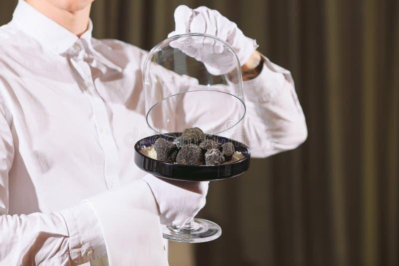 De delicatesse van de restaurantchef-kok het voedselpaddestoel van de truffelveganist de maaltijdconcept van de kelnersdienst stock fotografie