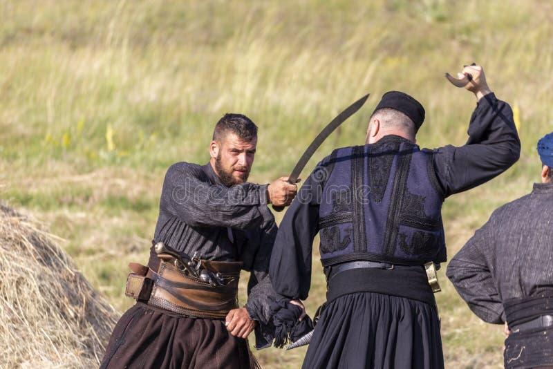 De demonstratie van Hajducistrijders tijdens Bulgaars traditioneel festival stock foto's