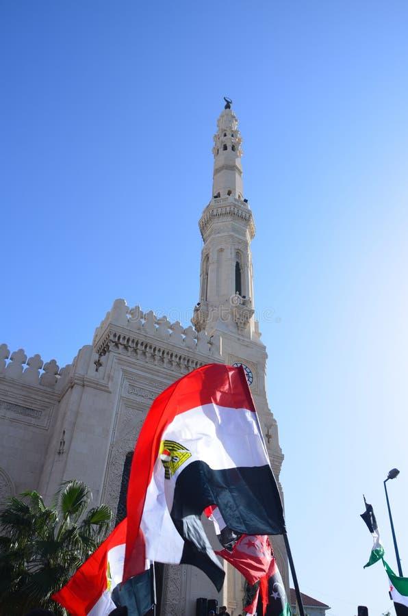 De demonstratiesystemen die van de leidersIbrahim van de moskee vlaggen dragen stock afbeelding