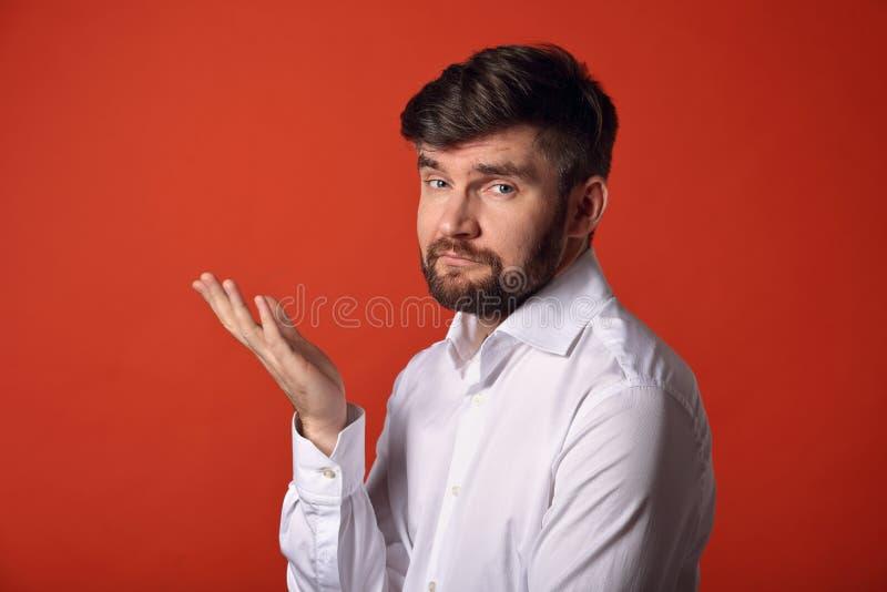 De denkende twijfel gebaarde charismatische mens in gesturing dient in stock foto
