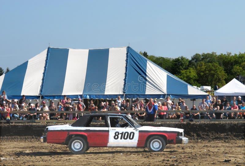 De derbyauto en menigte van de vernieling stock foto's