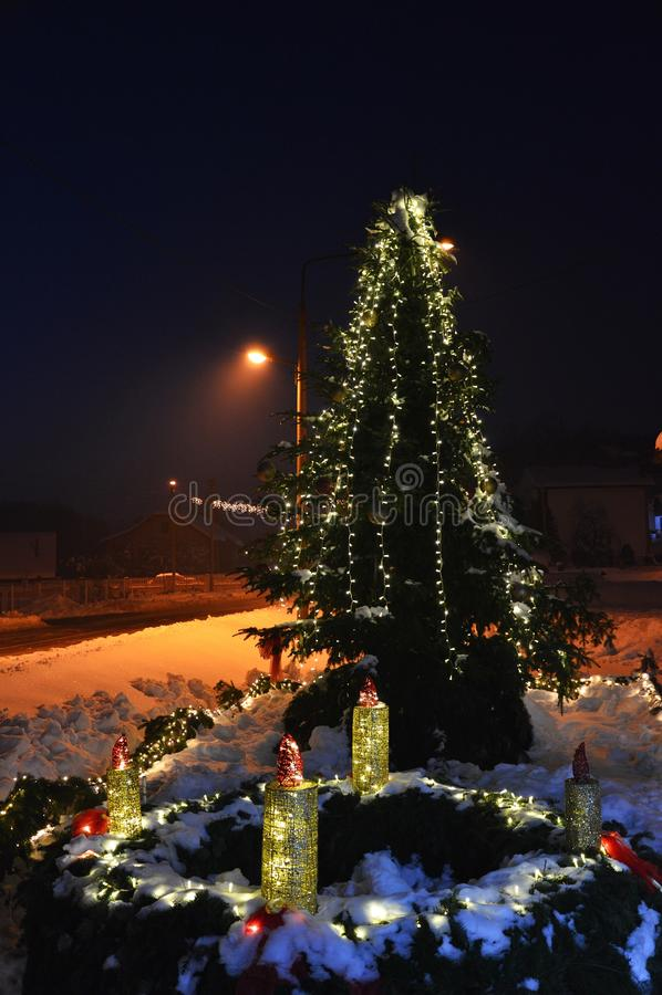 De derde kaars van Komst zette en verfraaide Kerstmisboom en sneeuw aan royalty-vrije stock foto