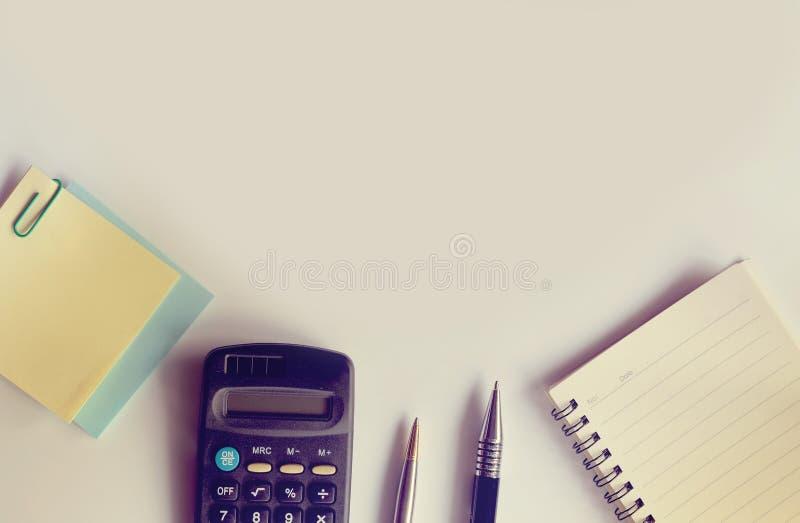 De Desktop heeft van de de papercliptelefoon van de notitieboekjepost-it de calculatorpen exemplaarruimte en zonlichteffect hebbe royalty-vrije stock fotografie