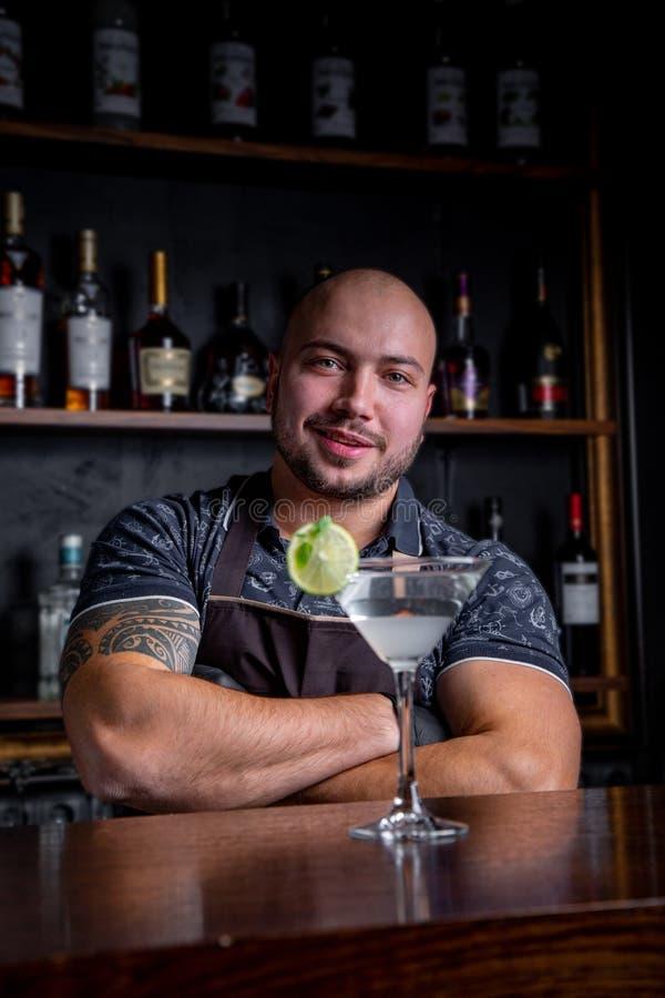 De deskundige barman maakt cocktail bij nachtclub Professionele barman aan het werk in bar die zoete drank gieten in glas stock afbeeldingen