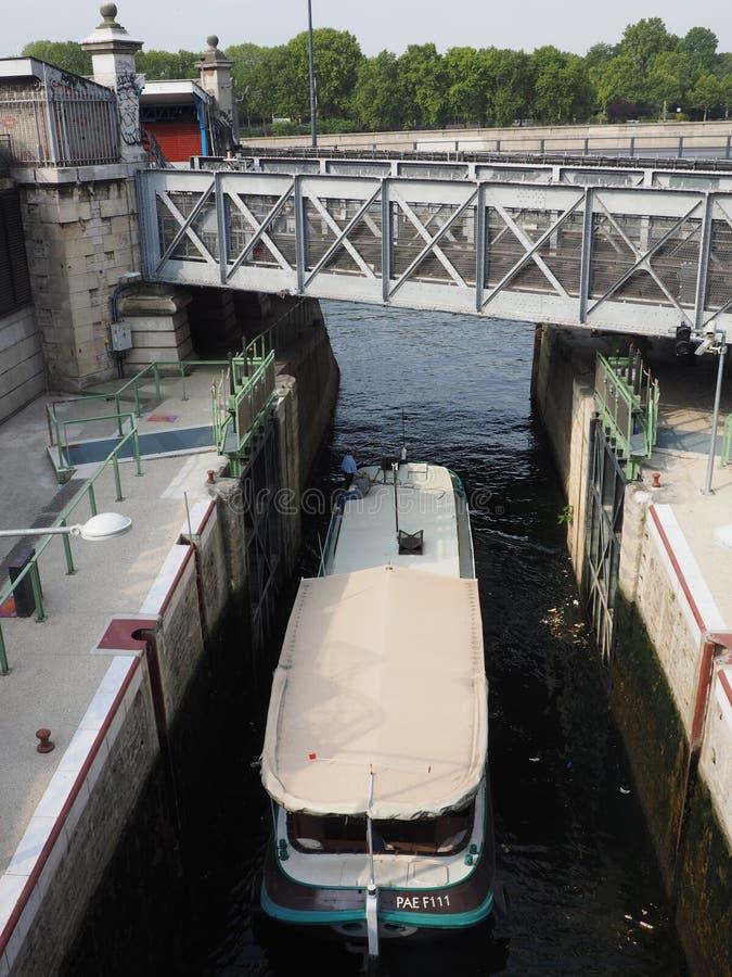 De deskundige kapitein stuurt een woonboot van het Arsenaal van Havende l ` in Pari royalty-vrije stock fotografie