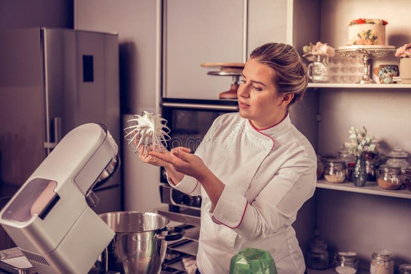 De deskundige professionele chef-kok die zwaait met room houden royalty-vrije stock foto