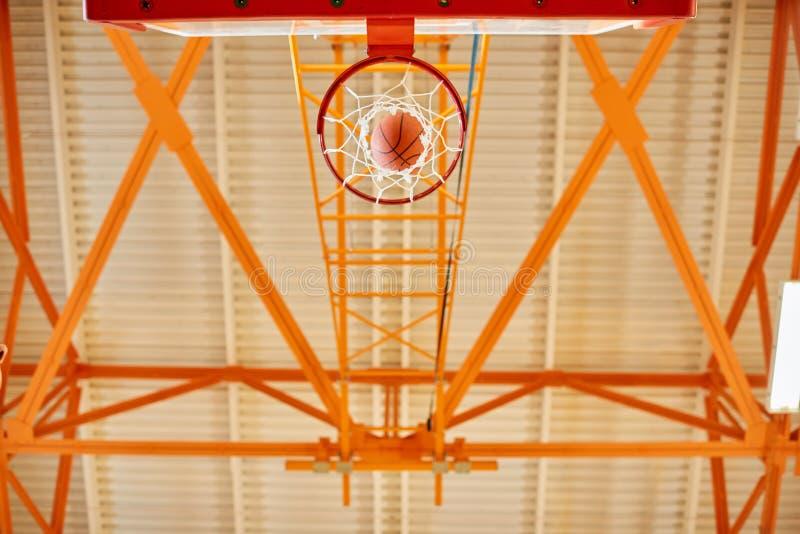 De dessous le but de basket-ball photo libre de droits