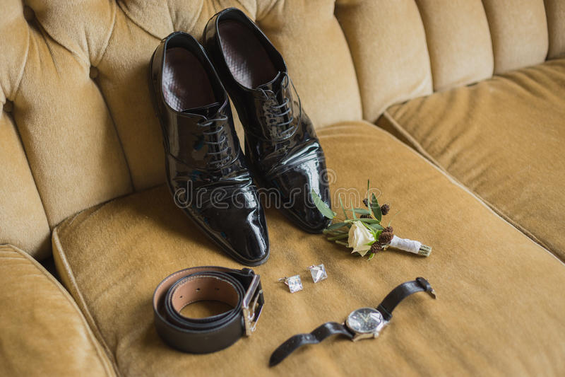 De details van het huwelijk De toebehoren van de bruidegom Schoenen, cufflinks, riem, watc royalty-vrije stock foto's