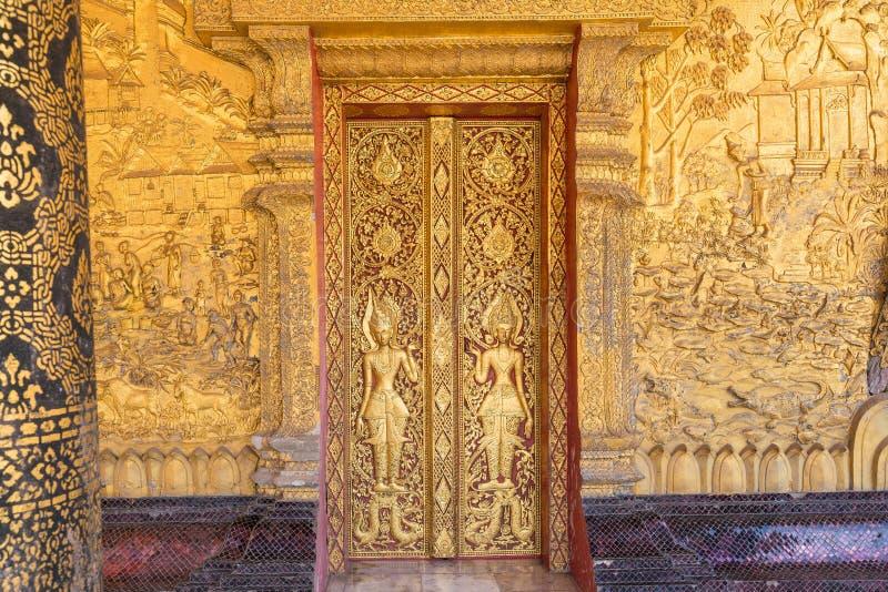 De details van de kunst van Laos ` s in Wat Mai in Luang Pra worden geschoten die bonzen stock foto