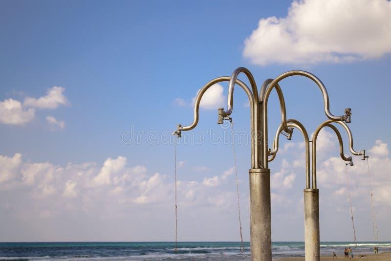De details van water overgiet op achtergronden van blauwe hemel met wolken op Sironit-Strand, Netanya royalty-vrije stock afbeelding