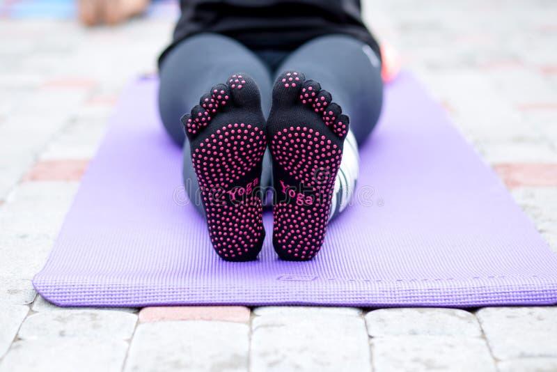 De details van yoga stellen in ochtendpark royalty-vrije stock afbeeldingen
