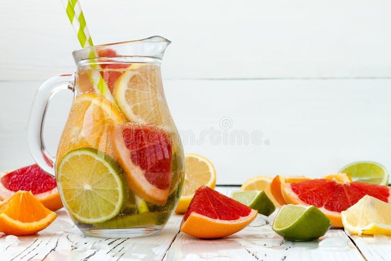 De Detoxcitrusvrucht goot op smaak gebracht water Het verfrissen van de zomer eigengemaakte cocktail met citroen, kalk, sinaasapp royalty-vrije stock afbeeldingen