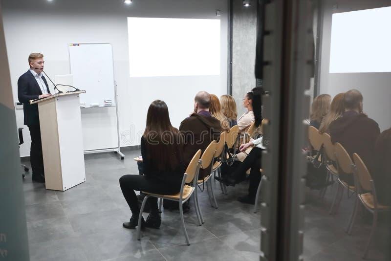 De detrás el vidrio Equipo del negocio que discute nuevas ideas imagen de archivo libre de regalías