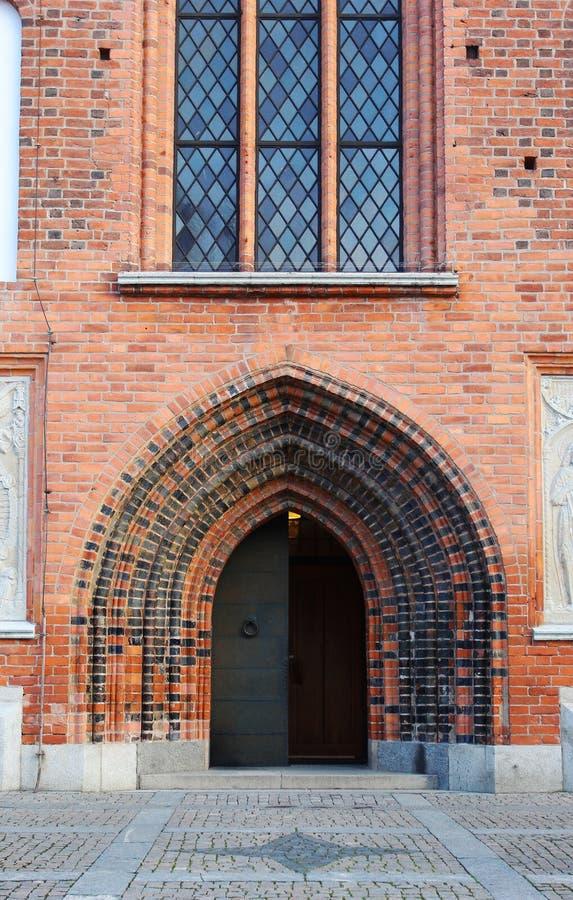 De deur aan de oude kerk in Vasteras-stad in Zweden royalty-vrije stock foto's