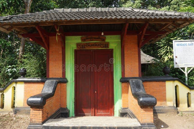 De deur aan Javanese Historische Sendang Sani stock foto