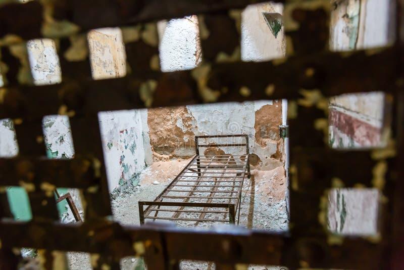 De deur en de cel van de metaalbar in een gevangenis stock afbeelding