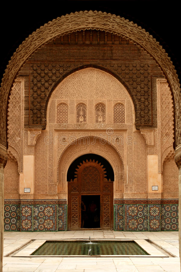 De deur en de overwelfde galerijen van Marokko stock foto's