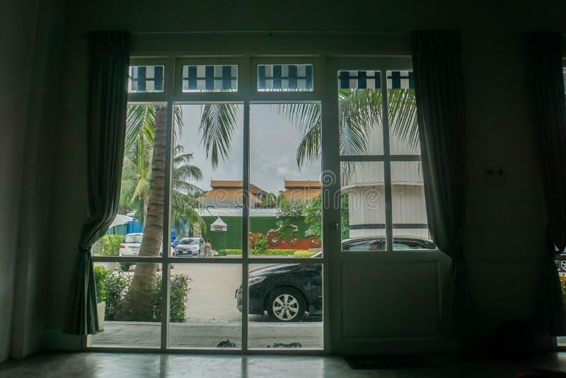 De deur en het gordijn van de huisingang met een zwart parkeerterrein stock afbeeldingen