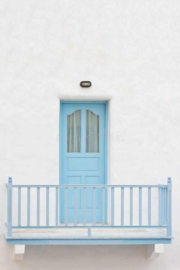 De deur en het terras van Bblue stock fotografie
