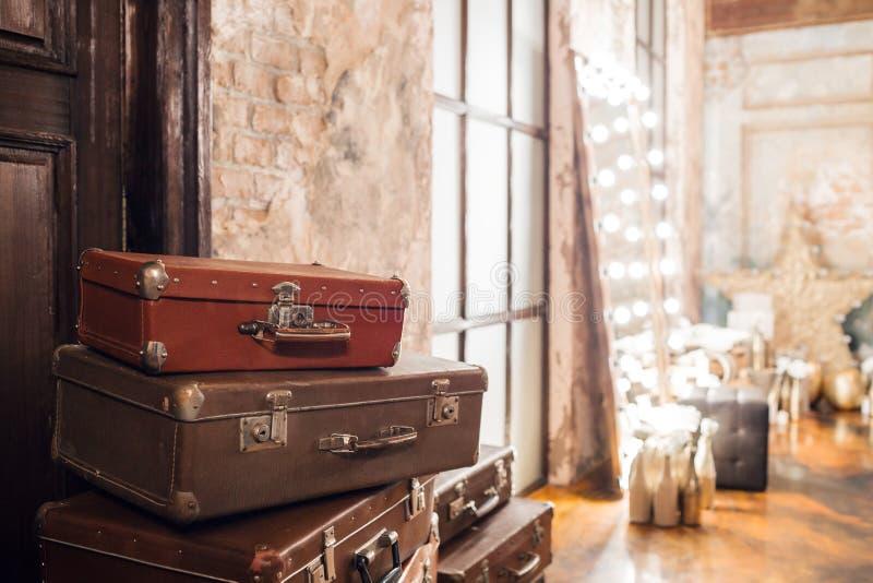 De deur en de zak Wijnoogst gebruikte reiskoffers Velen oude uitstekende koffer Bagageconcept stock foto
