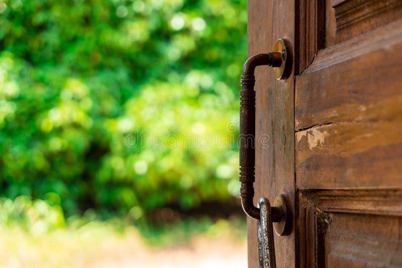 De deur om te hopen en succes in de toekomst met bokehachtergrond stock foto