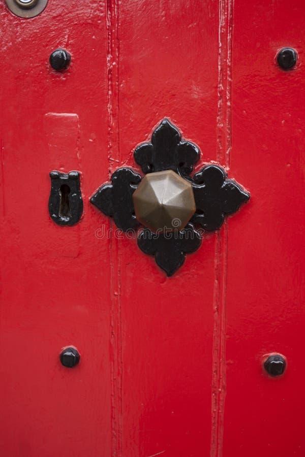 De deur schilderde rode en zwarte ornamenten stock fotografie