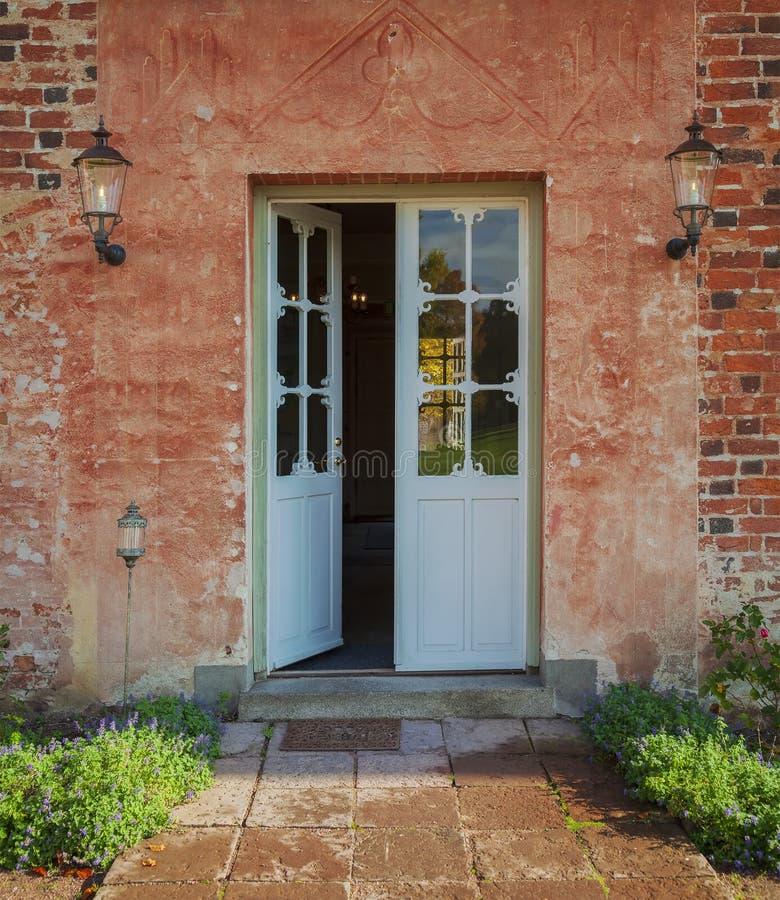 De deur van de buitenhuistuin royalty-vrije stock afbeeldingen