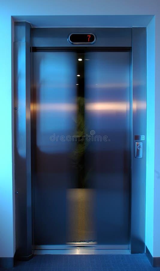De deur van de lift het sluiten royalty-vrije stock afbeelding