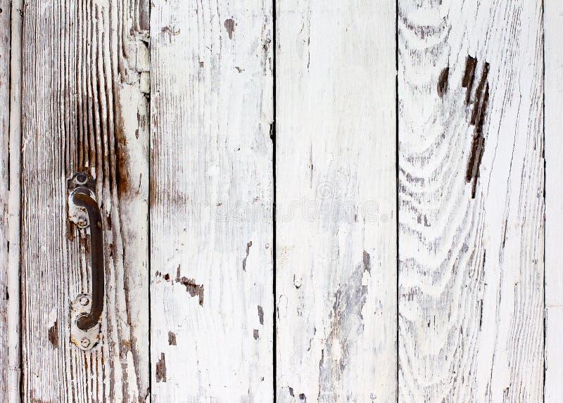 De deur van Grunge met witte verf met een roestig handvat wordt geschilderd dat royalty-vrije stock afbeelding