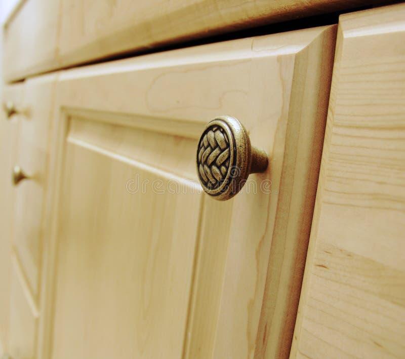 De deur van het kabinet met handvat